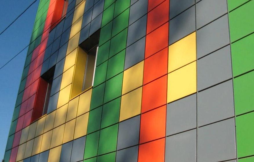 Декоративный элемент здания в виде фасадных кассет